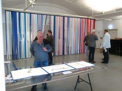 Klimavorhang mit Besuchern der Ausstellung